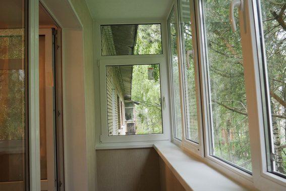 osteklenie balkona s otdelkoy